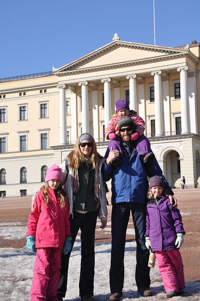 Marking the visit in front of the Norwegian Palace.